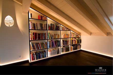 Bibliothek: moderner Multimedia-Raum von Wagner Möbel Manufaktur