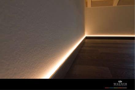 Bibliothek Sockelbeleuchtung: moderner Multimedia-Raum von Wagner Möbel Manufaktur