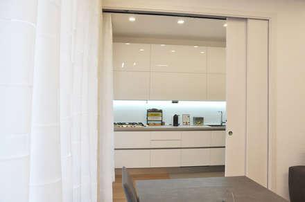 appartamento a roma: Sala da pranzo in stile in stile Scandinavo di evels & papitto - b4architects