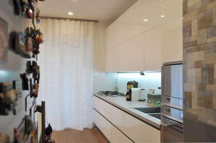 appartamento a roma: Cucina in stile in stile Scandinavo di evels & papitto - b4architects