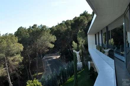 """Proyecto de vivienda unifamiliar aislada """"Casa Klamar"""" l Voladizo: Jardines de estilo mediterráneo de Mano de santo - Equipo de Arquitectura"""