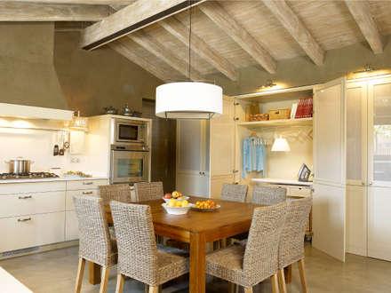El planchador al descubierto: Cocinas de estilo rústico de DEULONDER arquitectura domestica