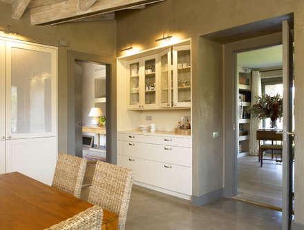 Mueble para los desayunos: Cocinas de estilo rústico de DEULONDER arquitectura domestica