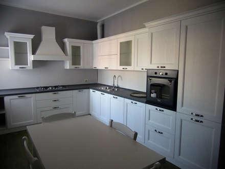 CASA P: Cucina in stile in stile Classico di CARLO OMINI ARCHITETTO