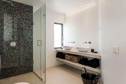 Baños de estilo moderno por studioarte