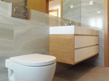 CASA DO ANTÓNIO: Casas de banho escandinavas por Homestories