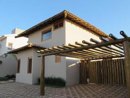 rustic Garage/shed by Cia de Arquitetura