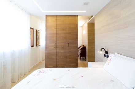 R in R: Camera da letto in stile in stile Minimalista di arch@lemayr-thomas