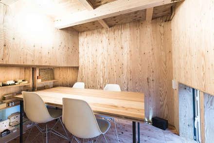 アトリエ-2: 一級建築士事務所 Atelier Casaが手掛けた書斎です。