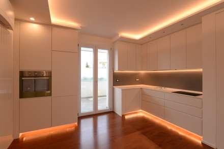 la casa di Angelo e Savina: Cucina in stile in stile Moderno di yesHome
