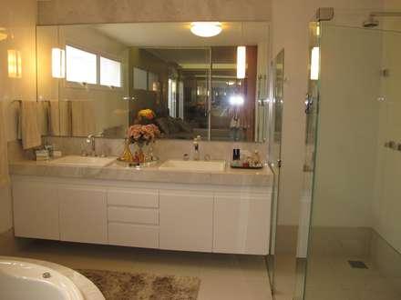 Casa Paranhos: Banheiros clássicos por Cia de Arquitetura