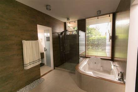Baño principal : Baños de estilo tropical por Arquitectura Positiva