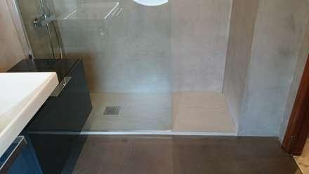 Plato de ducha con microcemento: Baños de estilo industrial de Topciment