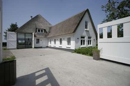 Woonboerderij / Stolpenboerderij: landelijke Huizen door Van der Schoot Architecten bv BNA