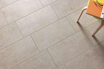 Gres effetto cemento perla - EV 1004: Soggiorno in stile in stile Industriale di ItalianGres