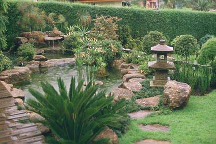 Jardim Oriental com Lago para Carpas - Eduardo Luppi: Jardins asiáticos por Eduardo Luppi Paisagismo Ltda.