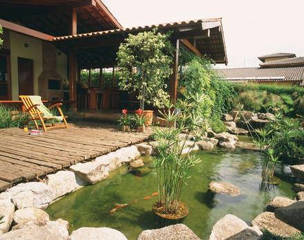 Jardim Oriental com lago para carpas ---- Eduardo Luppi: Jardins asiáticos por Eduardo Luppi Paisagismo Ltda.