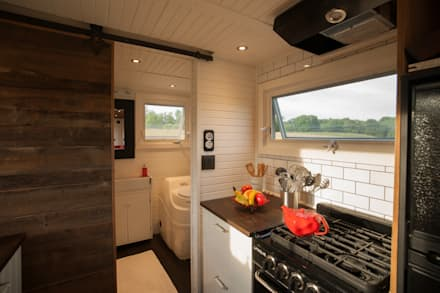 Greenmoxie Tiny House: minimalistic Bathroom by Greenmoxie Magazine