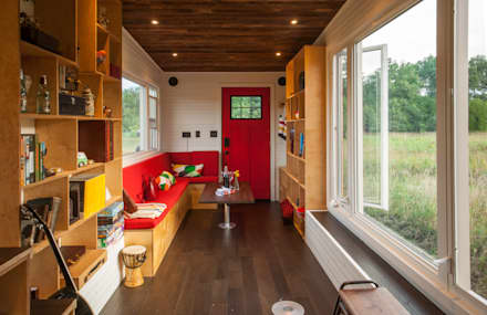Greenmoxie Tiny House: minimalistic Living room by Greenmoxie Magazine