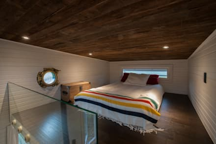Greenmoxie Tiny House: minimalistic Bedroom by Greenmoxie Magazine