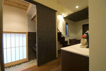 風の家の玄関: 森村厚建築設計事務所が手掛けた玄関・廊下・階段です。