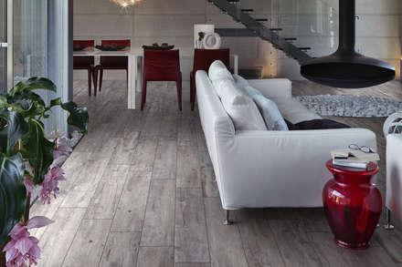 Gres porcellanato effetto legno grigio - TI 1001: Soggiorno in stile in stile Classico di ItalianGres
