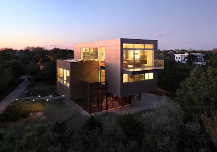 Beach Walk House: modern Houses by SPG Architects