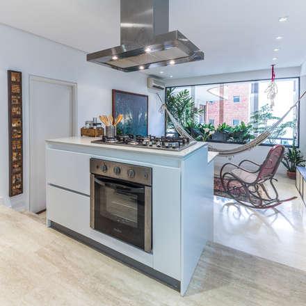 : Cocinas de estilo moderno por CENTRAL ARQUITECTURA