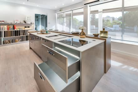 Showroom em Almancil: Cozinhas modernas por Arrumos - dedicated woodworking & carpentry