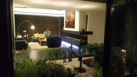 Jardín interior: Jardines de estilo moderno por Camilo Pulido Arquitectos