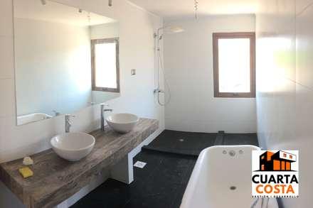 Vivienda 212 m2: Baños de estilo clásico por Cuarta Costa