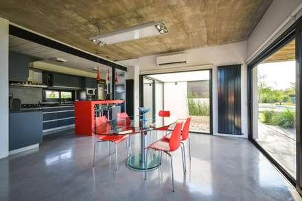 Casa VA: Comedores de estilo minimalista por Development Architectural group