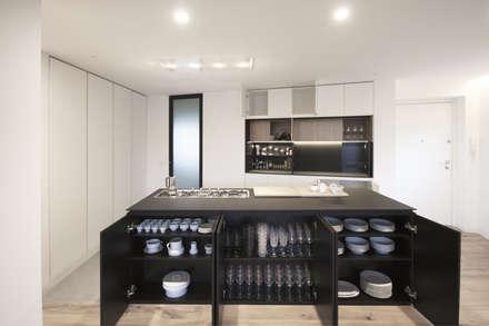 Casa A157: Cucina in stile in stile Minimalista di Studio DiDeA architetti associati