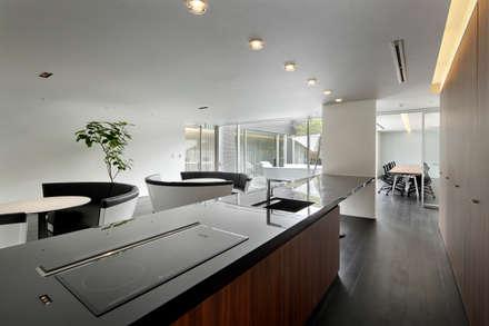 Miz |高級邸宅のような木造平屋のスモールオフィス: Mアーキテクツ|高級邸宅 豪邸 注文住宅 別荘建築 LUXURY HOUSES | M-architectsが手掛けたキッチンです。