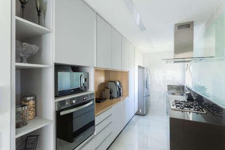 Cozinha FP: Cozinhas minimalistas por Haruf Arquitetura + Design