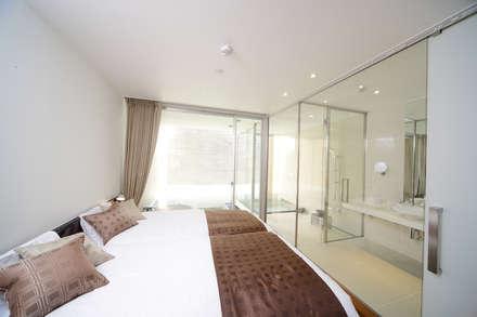 BEDROOM: Mアーキテクツ|高級邸宅 豪邸 注文住宅 別荘建築 LUXURY HOUSES | M-architectsが手掛けた寝室です。