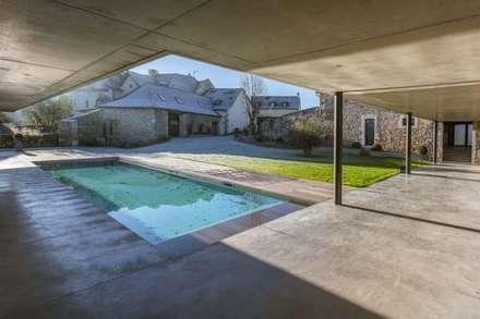 maison onet l eglise: Piscine de style de style Industriel par Hugues TOURNIER Architecte