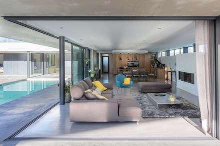 maison onet l eglise: Terrasse de style  par Hugues TOURNIER Architecte