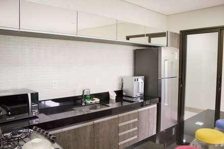 Residência Baes: Cozinhas minimalistas por Pz arquitetura e engenharia