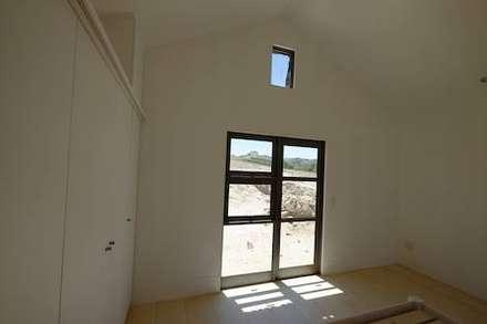 50m2 Sugar Gum Cladded home with decking - work in progress.: scandinavian Bedroom by Greenpods