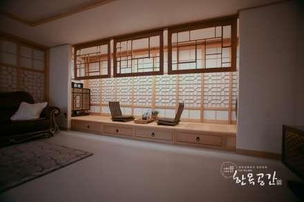 Salas / recibidores de estilo asiático por 한옥공간