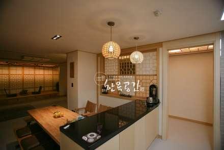 현대공간과 잘 어울리는 퓨전 한옥인테리어: 한옥공간의  다이닝 룸