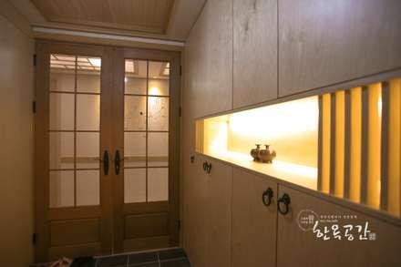 Corridor & hallway by 한옥공간
