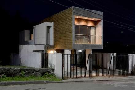 Casa Las Encinas 73, Coronel: Casas de estilo minimalista por Sociedad Castillo Arquitectos Ltda.
