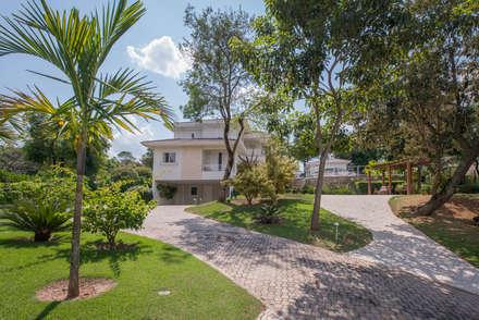 Paisagismo Residencial conjunto - Vizinhos: Jardins ecléticos por Roncato Paisagismo e Comércio de Plantas Ltda