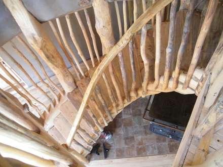 Casa Sol en Rari: Pasillos, hall y escaleras de estilo  por Secrea