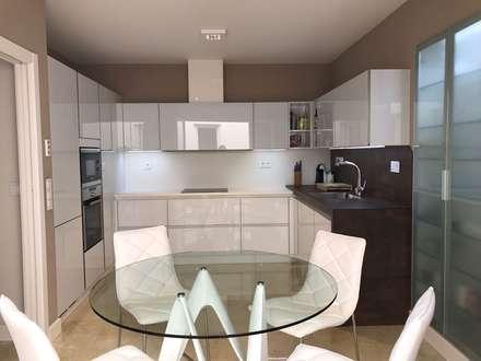 GLASS WHITE: Cocinas de estilo moderno de DISEÑO COCINA