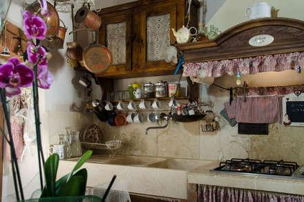 Cucina con rivestimenti e lavadino da cucina in pietra : Cucina attrezzata in stile  di Pietre di Rapolano