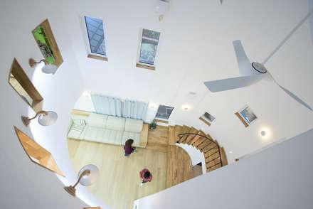 다락에서 내려다본 오픈공간: 건축사사무소 재귀당의  거실