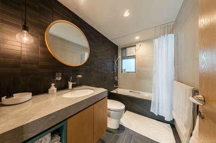 : minimalistic Bathroom by arctitudesign